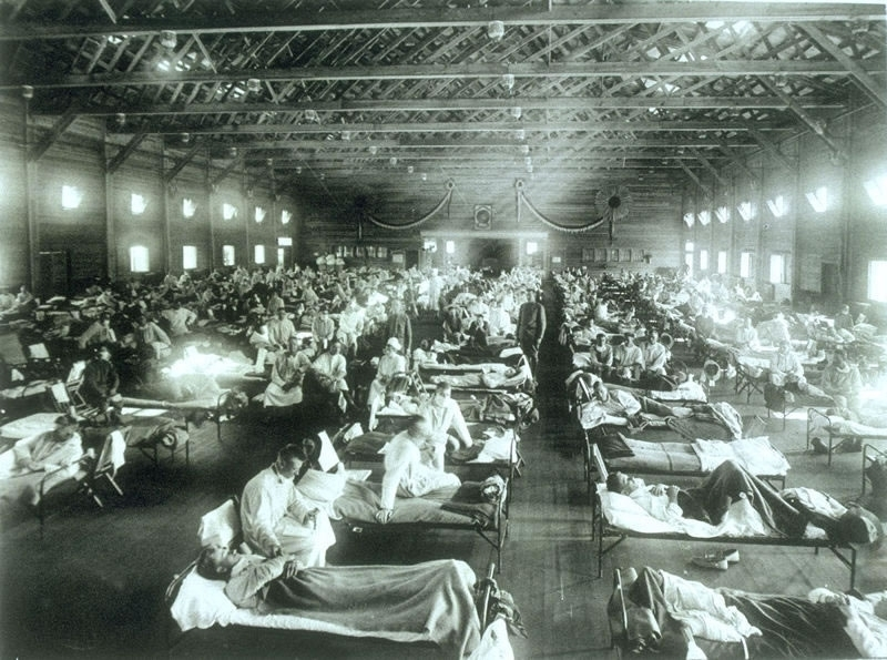 Historical photo of the 1918 Spanish influenza ward at Camp Funston, Kansas, showing the many patients ill with the flu; Public domain (before 1923) & U.S. Gov't